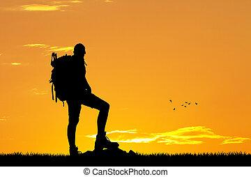 hombre, viajando arduamente, en, montaña, en, ocaso