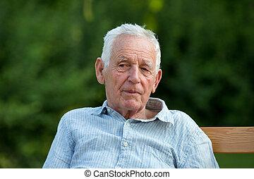 hombre, viejo, jardín, sentado
