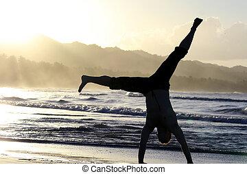 hombre, vueltas, volteretas laterales, en la playa
