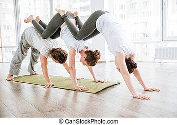 hombre, y, dos mujeres, practicar, acro, yoga, en, grupo
