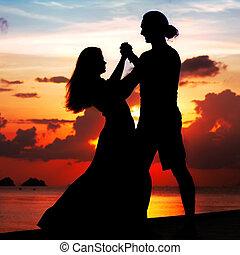 hombre y mujer, bailando, sonriente, en, ocaso