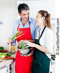 hombre y mujer, cocina, en, cocina