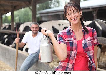 hombre y mujer, en, granja