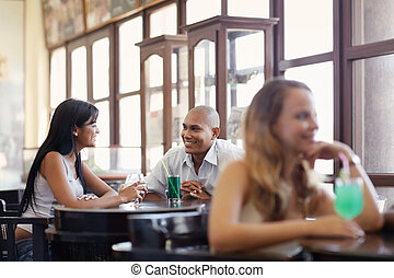 hombre y mujer, fechando, en, bar