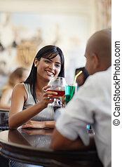 hombre y mujer, fechando, en, restaurante