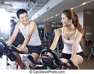 hombre y mujer hablar, en, gimnasio