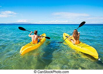 hombre y mujer, kayaking, en, el, océano