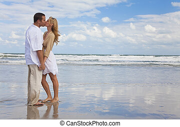 hombre y mujer, pareja que sujeta manos, besar, en, un, playa