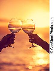 hombre y mujer, sonar, gafas vino, con, champaña, en, ocaso,...