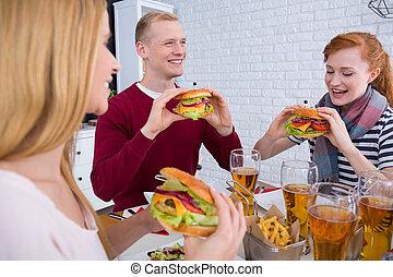 hombre, y, mujeres, comida, hamburguesas