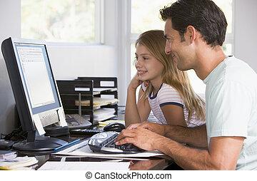 hombre, y, niña joven, en, ministerio del interior, con, computadora, sonriente