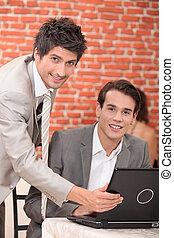 hombres, con, computador portatil