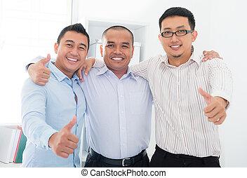 hombres de negocios, arriba, sudeste, pulgares, asiático