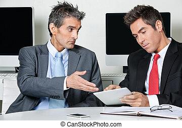 hombres de negocios, utilizar, tableta de digital, en el escritorio