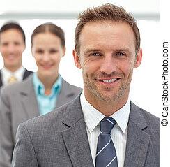 hombres de negocios, y, businesswman, posar, juntos, consecutivo