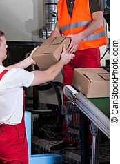 hombres, durante, trabajo, en, almacén distribución