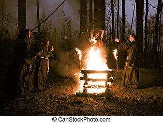 hombres, estaca, negro, halloween., bruja, ropa, quemadura