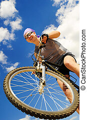 hombres jóvenes, cabalgar bicicleta