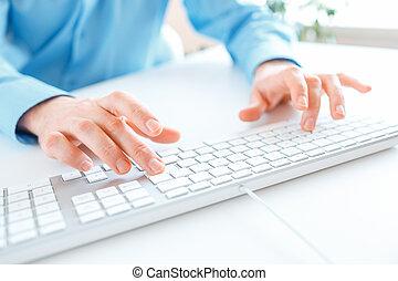 hombres, oficinista, mecanografía, en, el, teclado
