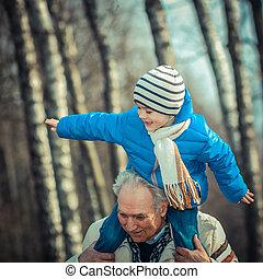 hombros, el suyo, lleva, nieto, aduelo