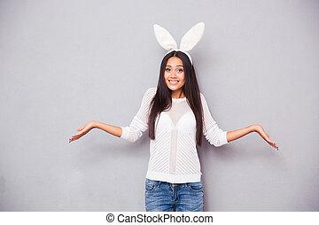 hombros, mujer, ella, conejo, encogimiento, orejas