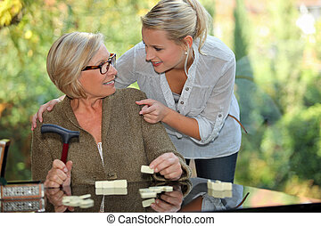 hombros, mujer, viejo, ella, toma, joven, mano, conmovedor, ...