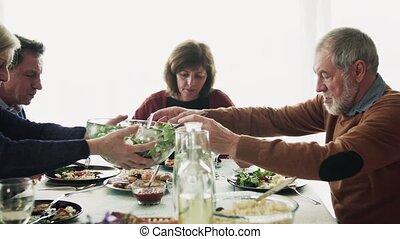 home., couple, dîner, personne agee, amis, avoir