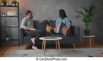 home., discuter, social, elle, couple, agression, husband., cris, video., jeune, divan, épouse, suppression.