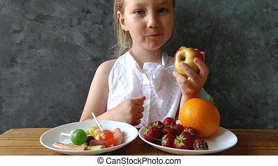 home., enfant, fruits été, vitamines, baies, pense, jonque, bonbons, manger, sain, ou, table, nourriture., nuisible, frais, gosse, peu, chooses, végétarien, naturel, choisir, apprécie, girl, quel
