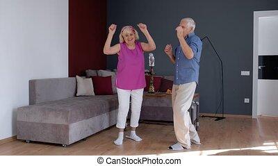 home., rire, amusement, couple, grands-parents, danse, célébrer, avoir, délassant, personne agee, anniversaire