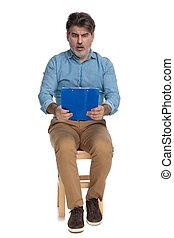 homem, área de transferência, leitura, chocado, casual, gasping, azul