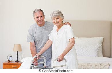 homem, ajudando, seu, esposa, andar