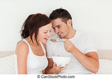 homem, alimentação, cereal, para, seu, esposa