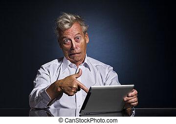 homem apontando, para, seu, laptop, em, horror, e, descrença