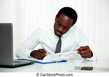 homem, assinando documento, escritório, africano