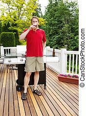 homem, bebendo, cerveja, ligado, ao ar livre, pátio