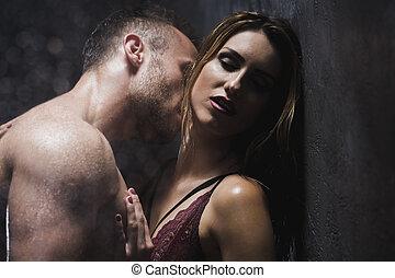 homem, beijando, com, desejo, seu, amante