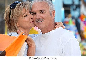 homem, beijando, mulher