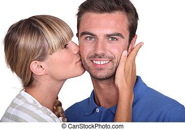 homem, beijando, mulher, jovem, bochecha