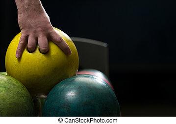 homem, bola, segurando, boliche