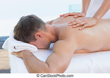 homem, bonito, poolside, massagem, obtendo