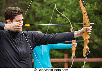 homem, bonito, prática, tiro com arco