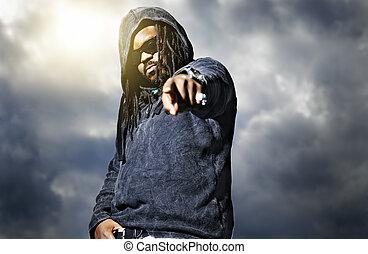 homem, câmera, hoodie, apontar, africano