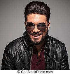 homem câmera, sorrindo, longo, barba