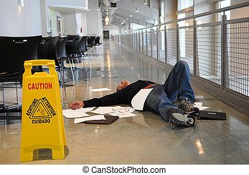 homem, caído, ligado, chão molhado