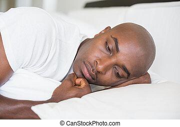 homem, cama, mentindo, infeliz