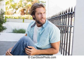 homem, casual, pensando, sentando