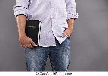 homem, casualmente, segura, bíblia