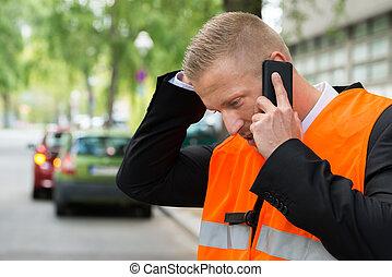 homem, chamando, ligado, cellphone, após, acidente carro