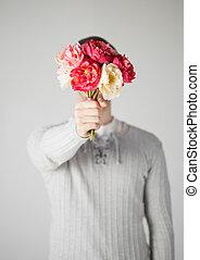 homem, cobertura, seu, rosto, com, buquê flores